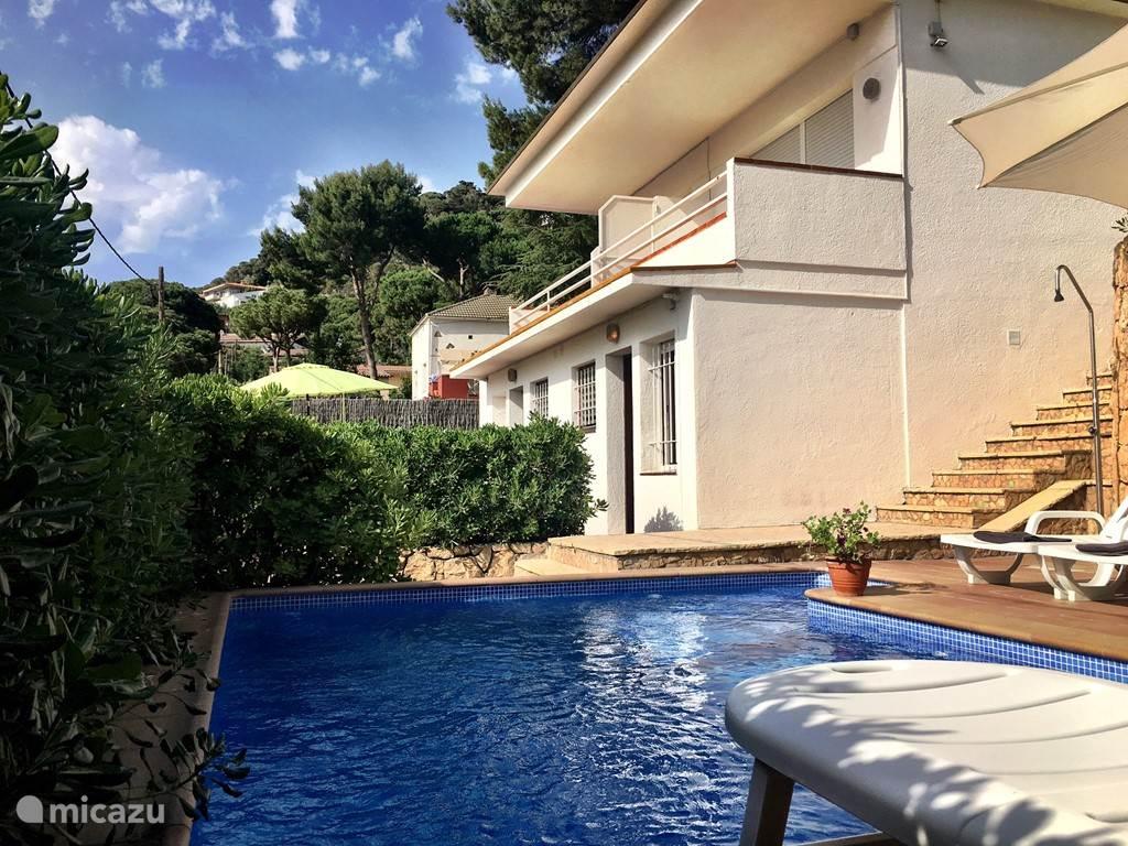 Villa Charlotte, een leuk huis met een mooi uitzicht over het gezellige Lloret de Mar. Een gezellig terras, met een tafel groot genoeg voor het hele gezelschap. En via een klein trapje bereikt u het privé zwembad (3.30m - 4.50m).