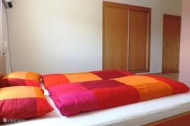 De ruime slaapkamer met inbouwkast