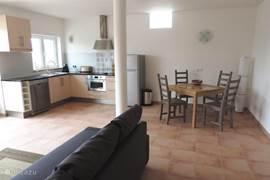 De ruime woonkamer met open keuken