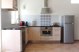 De keuken is van alle gemakken voorzien