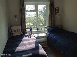 De tweede slaapkamer, niet groot maar wel gezellig. Hier is het heerlijk wakker worden.