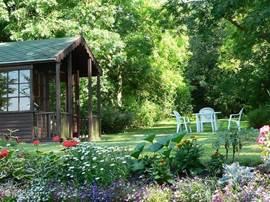 Er staat een tuinhuisje in de tuin,voor het geval je nog dichter bij de natuur wilt zijn. Er staan tuinspelletjes zoals badminton en jeux de boules in. Rokers kunnen daar in geval van slecht weer rustig zitten en genieten.