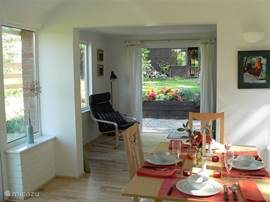 A cozy dining area with light from two sides. The dining table can be extended, there is room for 6 people