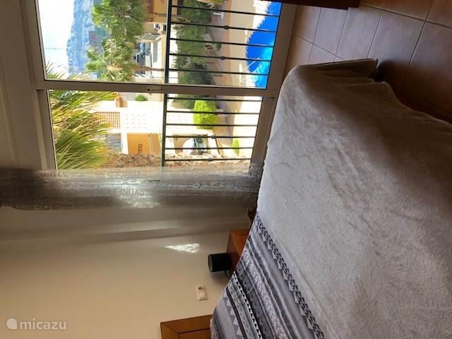 Slaapkamer met frans balkon.