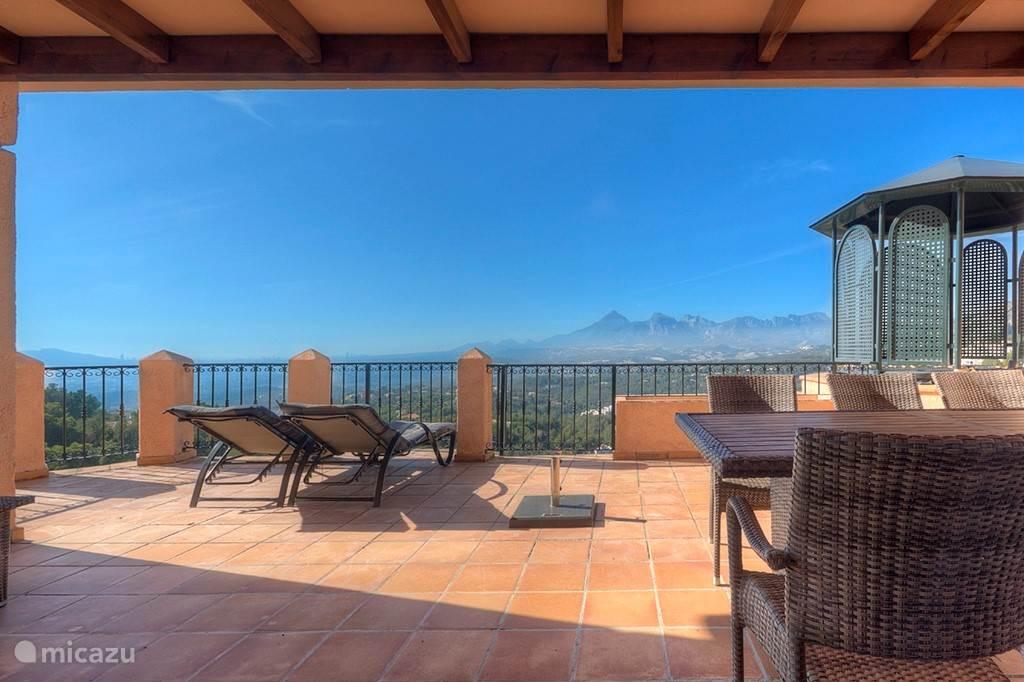 Ruim terras met uitzicht en privé jacuzzi