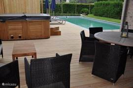 Both in winter and in summer you can enjoy the spacious covered terrace with garden furniture and lounge corner
