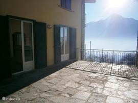 Very spacious terrace, approx 40 m2, only used by you, with two chairs, a table and six chairs, parasol and barbecue. Fraaai views across Lake Como and Mount Legnone and the town of Colico on the other side.