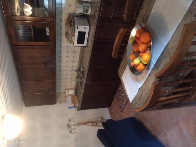 Keuken/zithoek met eettafel voor 6 mensen. Afwasmachine en magnetron aanwezig.