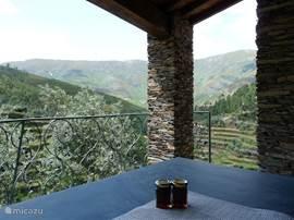 Tweede terras met prachtig uitzicht en lokaal geproduceerde honing.