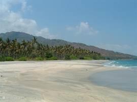 Een prachtig zandstrand dat uit fijn wit zand bestaat. Misschien dat u er een enkele visser tegen komt.