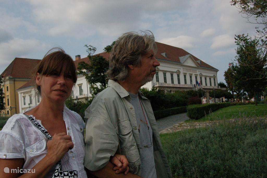 Uw gastvrouw Jen en gastheer Marcus in de kasteeltuin van Lengyel