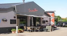 restaurant, cafetaria, kantine, speelruimte voor de kinderen en terras.