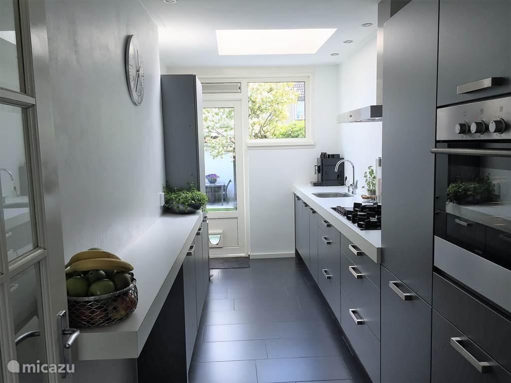 Moderne keuken met apparatuur