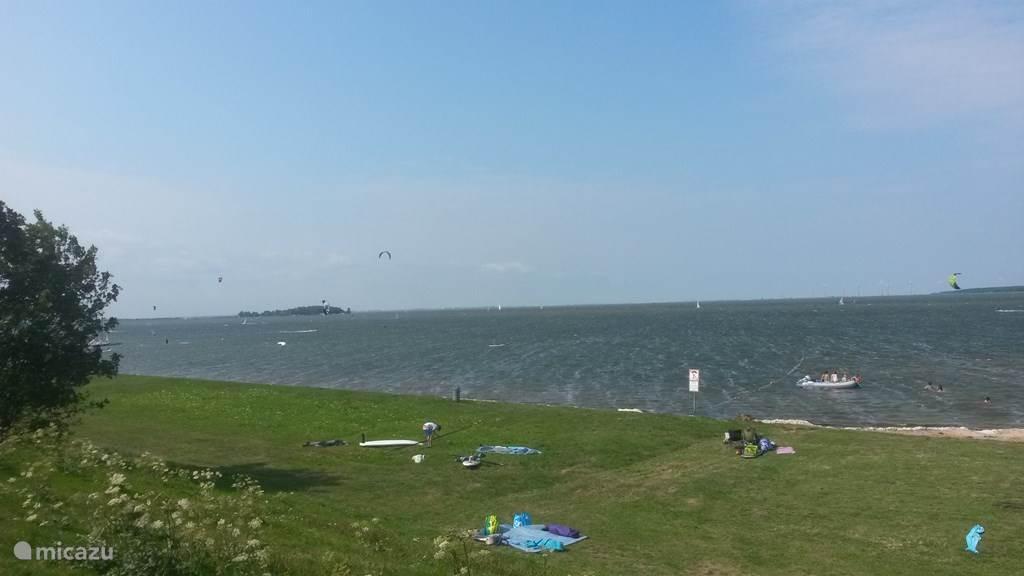 De jachthaven, strand en bos zijn op 5 minuten lopen. De golfbaan is 15 minuten lopen.