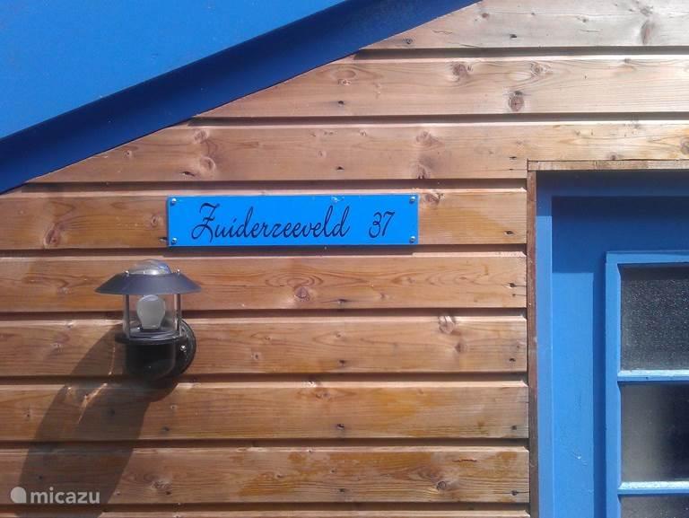 Vroeger heette het terrein waar ons huisje aan ligt, het HKW-terrein. Huisjes Kamp Waardhuizen. Er werd gekampeerd door mensen uit Amsterdam, die lekker met hun gezin een weekeind 'buiten' wilden zijn. De tenten zijn huisjes geworden, en het is nog steeds een plek om te ontspannen en te genieten.