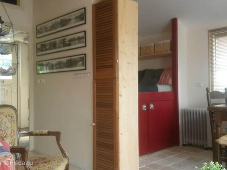 De vloer is nieuw, het stoeltje van de oma van een vriendin.... De foto's aan de muur, dat zijn de grachten van Amsterdam. Dichtbij en een bezoekje waard.