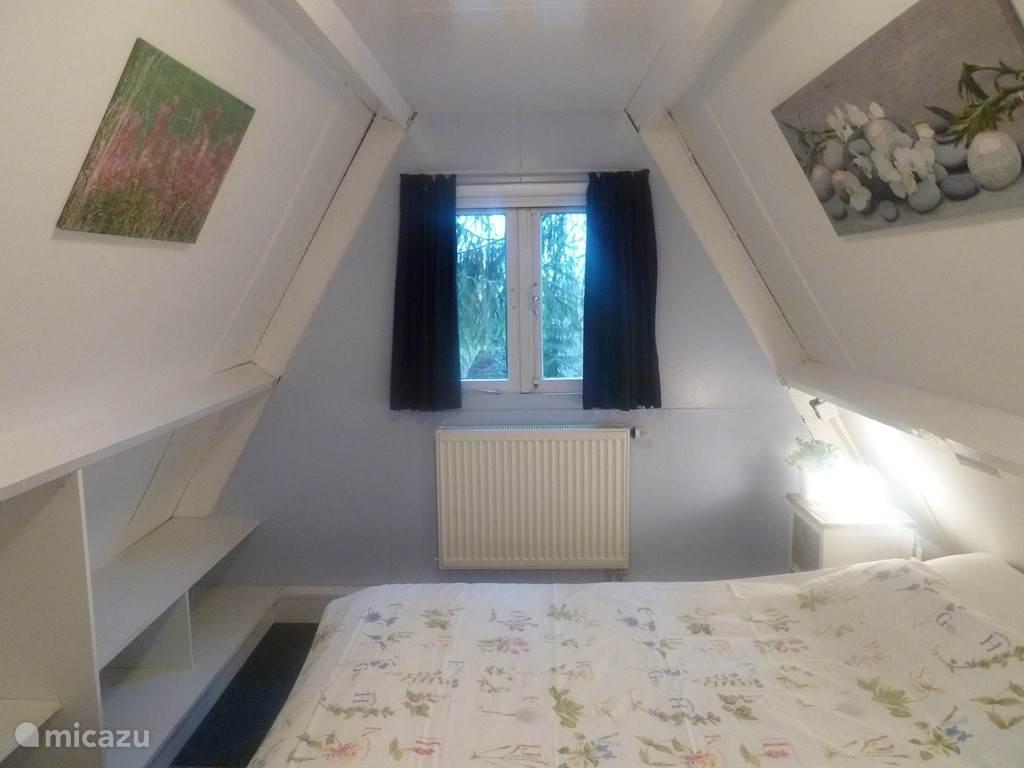 Slaapkamer met een 2-persoons bed met een heerlijk, nieuw matras