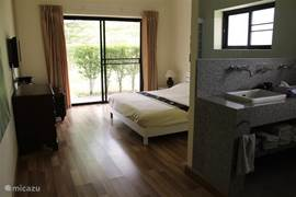 Slaapkamer met kingsize bed en flatcreen tv