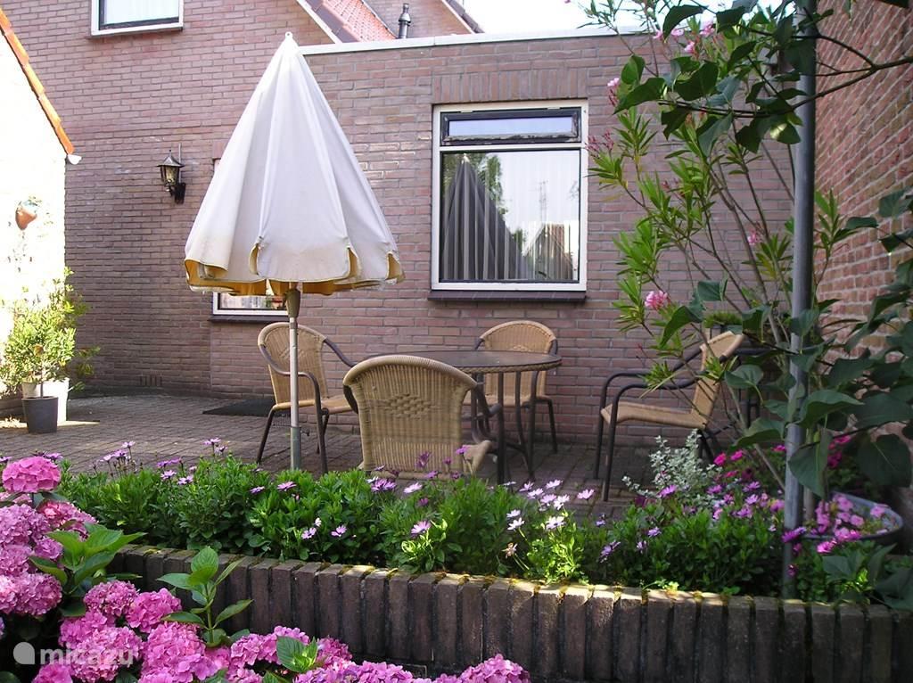 Beschut terras met zicht op de tuin
