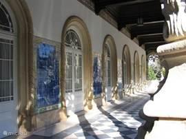 Het prachtige Palacio Buçaco is een eeuwenoud klooster met veel tegelplateaus met de typisch Portugese azulejos  Het is in gebruik genomen als Hotel. Het ligt in het nationaal park Buçaco dat bestaat uit een ommuurd park van 7 hectare groot met een grote verzameling uitheemse boom- en plantensoorten