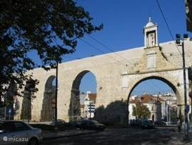 Prachtige sfeervolle eeuwenoude universitietsstad Coimbra 25 km,  behalve veel cultuur met o.a. Fado muziek en mooie romaanse stijl maar manuelijnse stijl ook vele kleine straatjes waar t supergezellig winkelen is. De typisch portuygese azulejo, prachtig beschilderd tegelwerk is volop te bewonderen