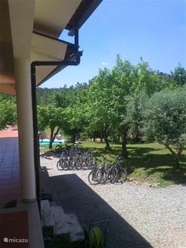 De fietsen die u kunt huren voor minimaal 5 dagen staan bij ons op Quinta no Pinhal klaar. 21 versnellingen mountainbikes met bagagedrager.