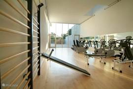 Gym met halters en meerdere toestellen, soms tegen meerprijs van 2,50 euro toegangkelijk.