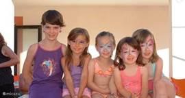 In mid- en hoogseizoen; o.a. kids club elke ochtend, voor de allerjongsten tot ongeveer 11 jaar.