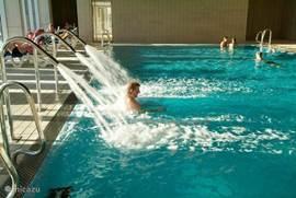 Overdekt zwembad met jacuzzi, ideaal ook voor de winter, de camping is het gehele jaar open; geschikt voor overwinteraars!