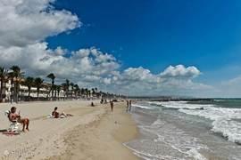 Vilanova Beach. Breed strand altijd genoeg plek, langzaam aflopend water, fijn voor kinderen.