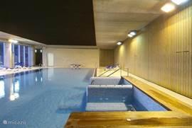 Verwarmd binnenzwembad met sauna en jacuzzi en massagesalon, verder ook; sport en fitnessruimte! Voor deze ruimte soms een extra toegangsprijs.