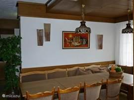 eetgedeelte in de woonkamer met typisch Duitse hoekbanken