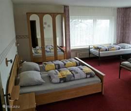 Een 4-persoonsslaapkamer met balkon