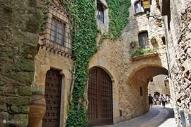 Een van de gezellige Spaanse straatjes in het historische Pals.  Waar je heerlijk kunt winkelen,  eten, drinken en genieten van de middeleeuwse gebouwen. Hoe klinkt dat in de oren?