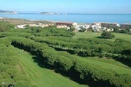 Een bovenaanzicht op deze luxe golfbaan en het strand van Platja de Pals.