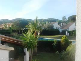 Uitzicht op het zwembad vanaf het dakterras.
