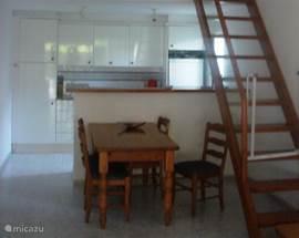 Moderne open keuken van alle gemakken voorzien.