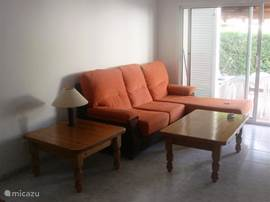 Mooie zithoek in de lichte woonkamer. Om te zitten of te liggen.