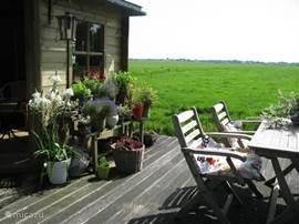 Tuinhuis met terras en uitzicht over de Polder Nieuwkoop.