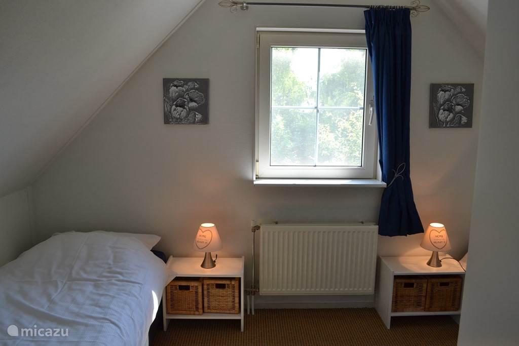 De tweede slaapkamer met enkele bedden