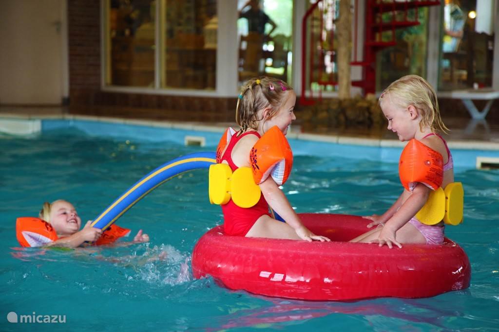 Gedurende uw verblijf in een van de Tjasker woningen maakt u gratis gebruik van een van de vele facilteiten. Zo beschikt het bungalowpark onder andere over een zwembad, tennisbaan, restaurant, sauna, twee visvijvers, recreatieprogramma, boerengolf, aquabubbel, speeltuin en veel meer!