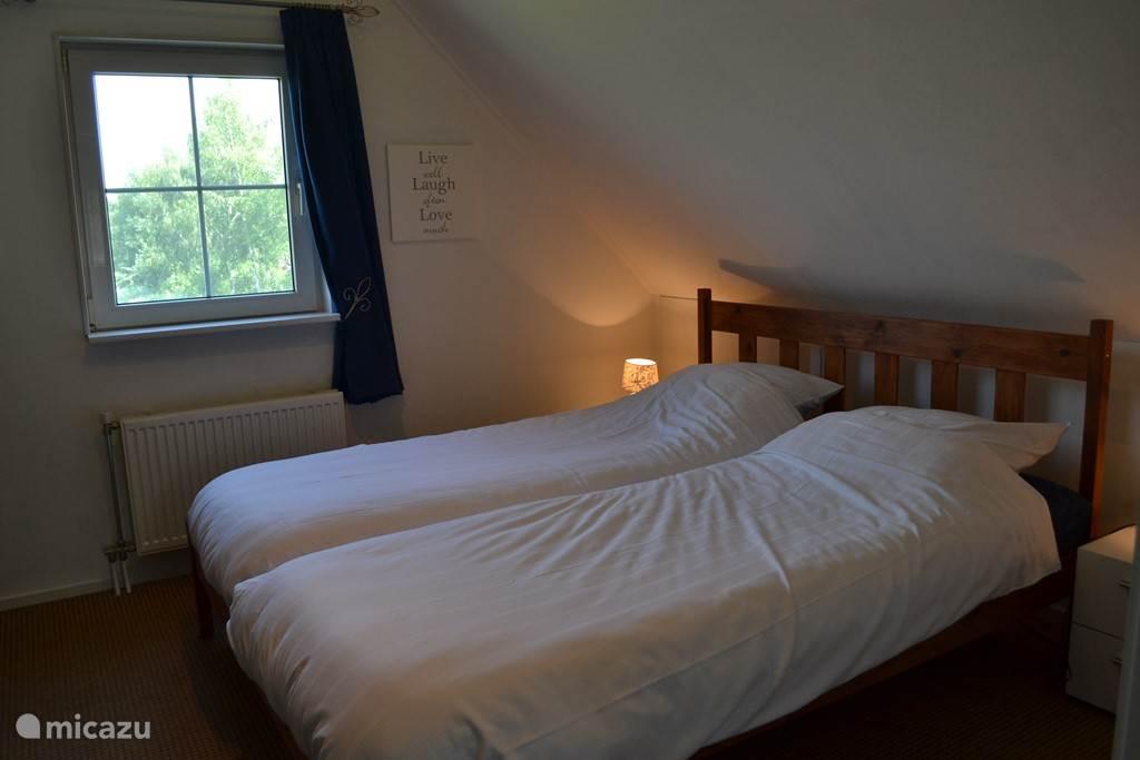 Een van de slaapkamers. De kamers beschikken over een 2-persoonsbed of eenpersoonsbedden.