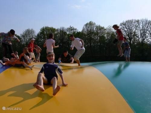 De air trampoline is leuk voor jong en oud.