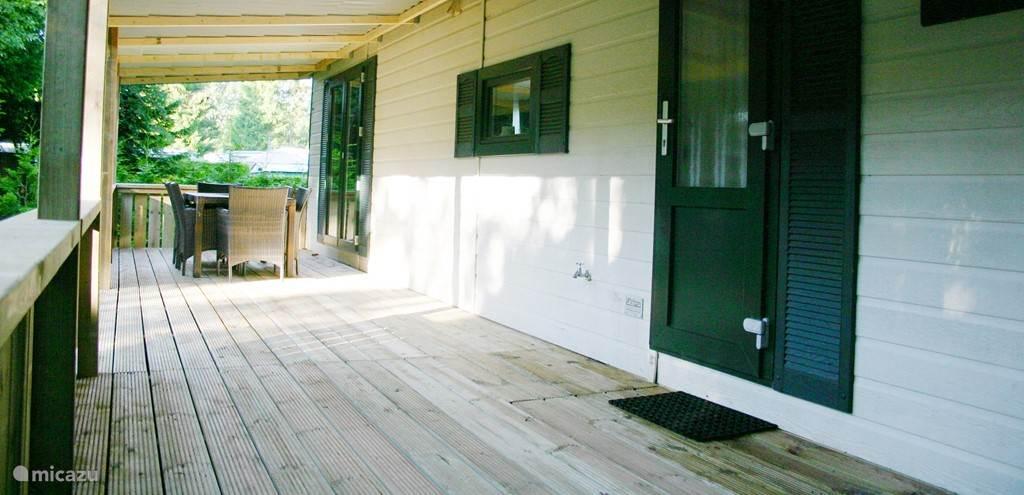 De ruime veranda is een heerlijke plek om even tot rust te komen