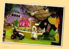 Er zijn diverse (binnen en buiten) attractieparken voor kinderen