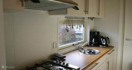 De keuken is zeer compleet ingericht.