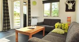 De woonkamer heeft een frisse kleurstelling en is een heerlijke plek om tot rust te komen.