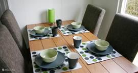 De eettafel heeft 6 stoelen en er is ook een kinderstoel aanwezig.