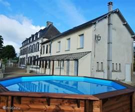 Zwembad van 580 x 580 cm. Veilig voor uw kinderen door een demontabele trap