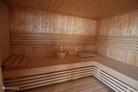 Ontspannen in onze heerlijk ruime sauna geschikt voor 12 personen